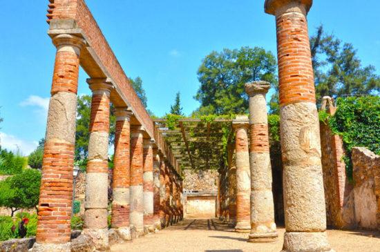 Visitas Guiadas peristilo teatro romanos en Mérida. AC Turismo Guías de Turismo en Mérida.